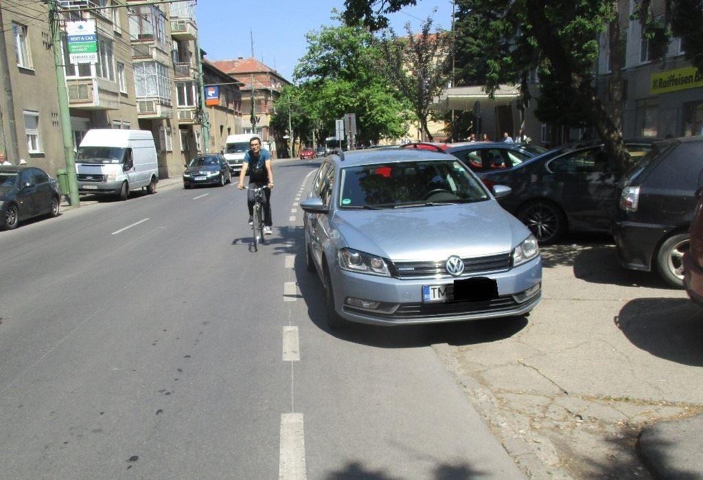 Foto: O sută de șoferi pe săptămână, sancționați pentru că au parcat pe pistele de biciclete din Timișoara