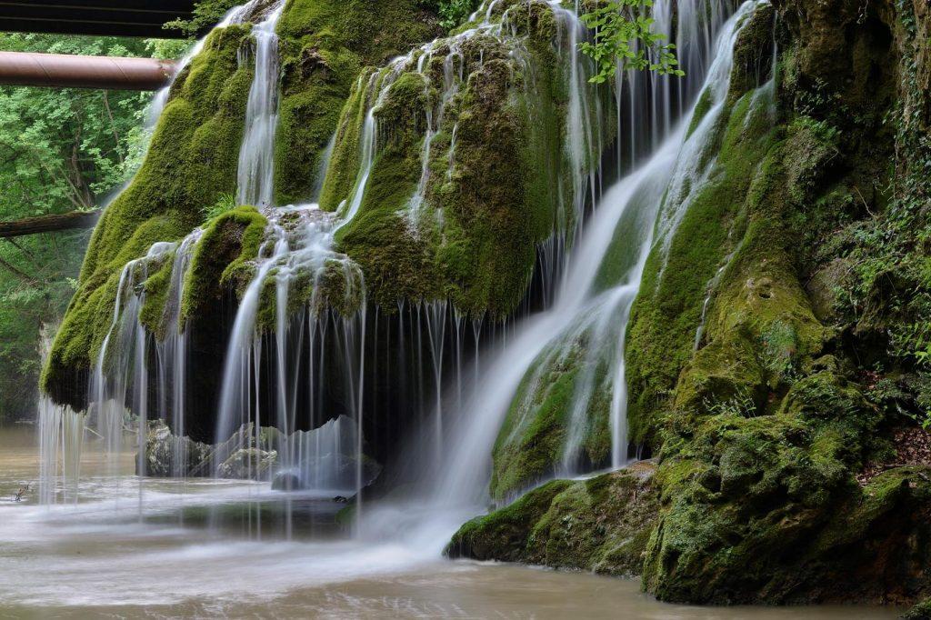 Cascada Bigăr și-a dublat numărul de vizitatori, la un an de la amenajarea eco-turistică a zonei