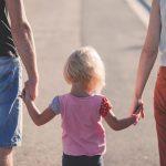 """Guvernul modifică Legea adopției! Copiii vor avea mai multe șanse să-și """"găsească"""" părinți"""