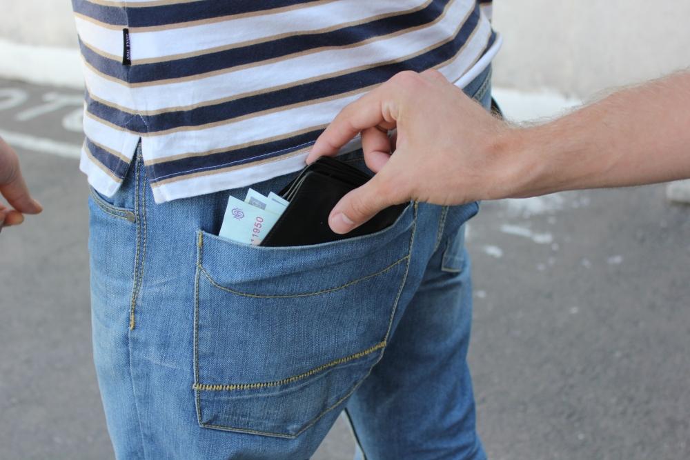 Hoţi de buzunar cu tupeu. Au furat un portofel la doi paşi de poliţiştii care făceau prevenţie