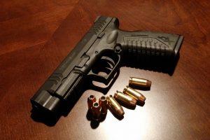 Percheziții la deținători ilegali de arme