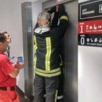 Copil de patru ani, împreună cu mama, scoși de pompieri dintr-un lift blocat