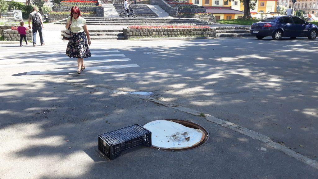 Fotografia zilei: Antena satelit, pe post de capac de canal, la Timișoara