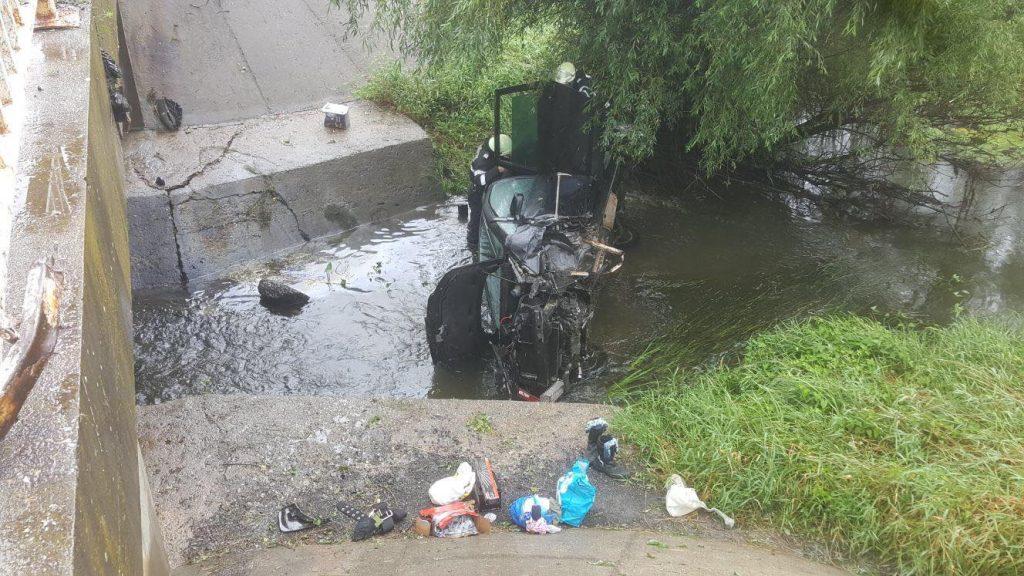 Drumarii, salvatori pentru 5 copii şi 2 adulţi. Au căzut cu maşina într-un pârâu