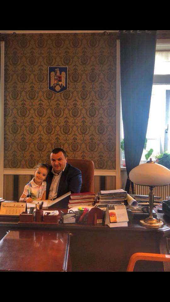 """Surpriză pentru liderul CJT. Cu cine s-a """"trezit"""" Dobra la birou"""