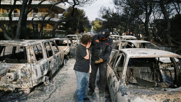 """Disperarea grecilor care își caută rudele dispărute în incendii: """"Oamenii au pierit fără niciun motiv"""""""