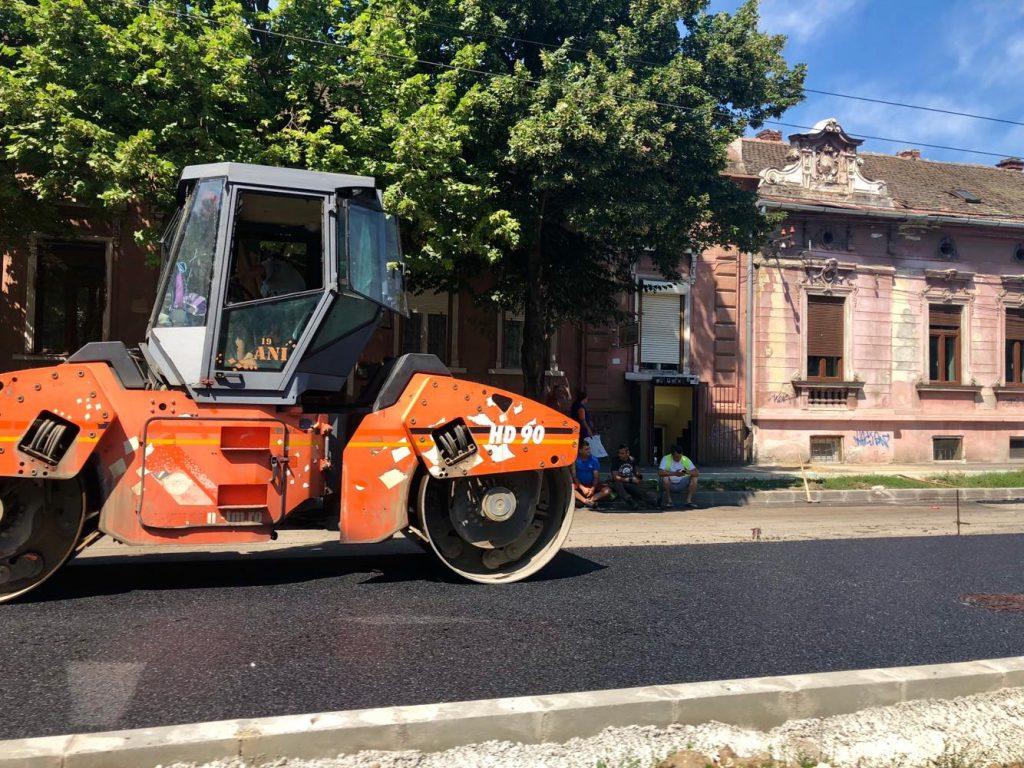 Lucrări de asfaltare pe mai multe străzi din oraș