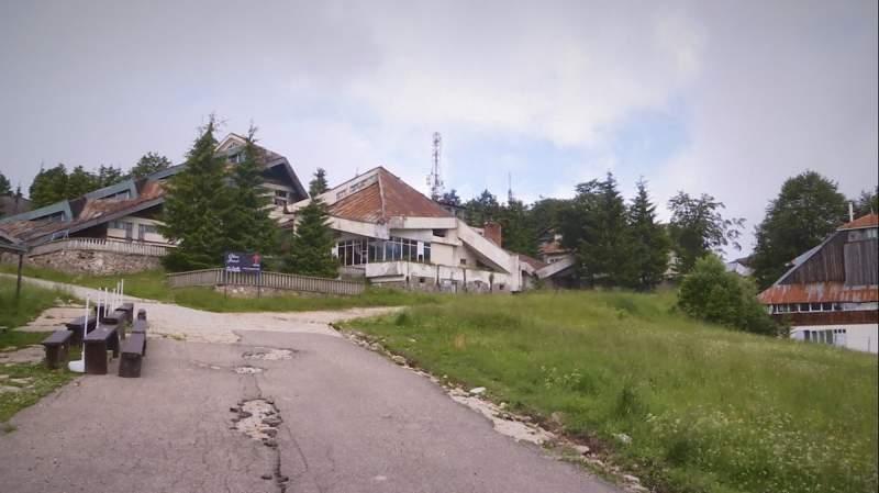 Drumul neasfaltat de un sfert de secol, care a distrus staţiunea Semenic