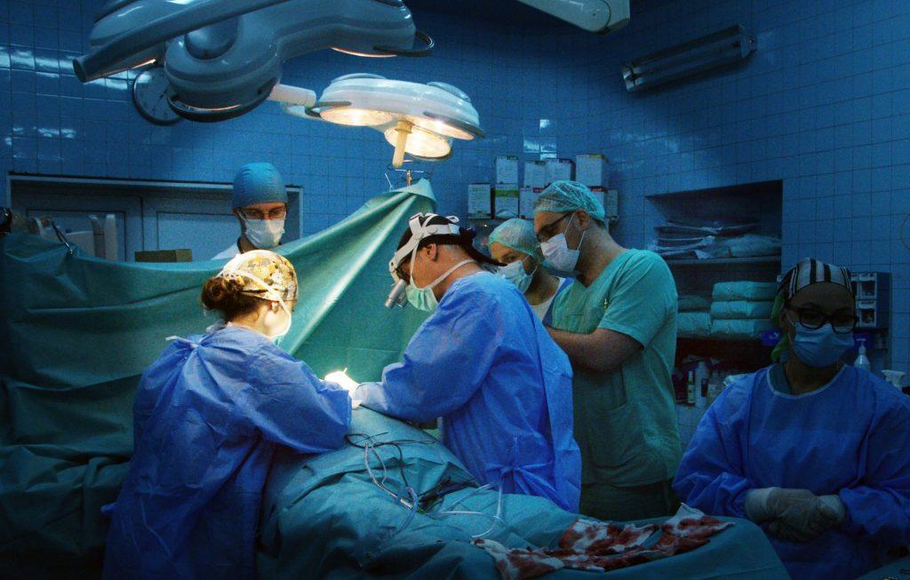 Operaţie extrem de dificilă, realizată în premieră naţională la Spitalul Judeţean din Timişoara