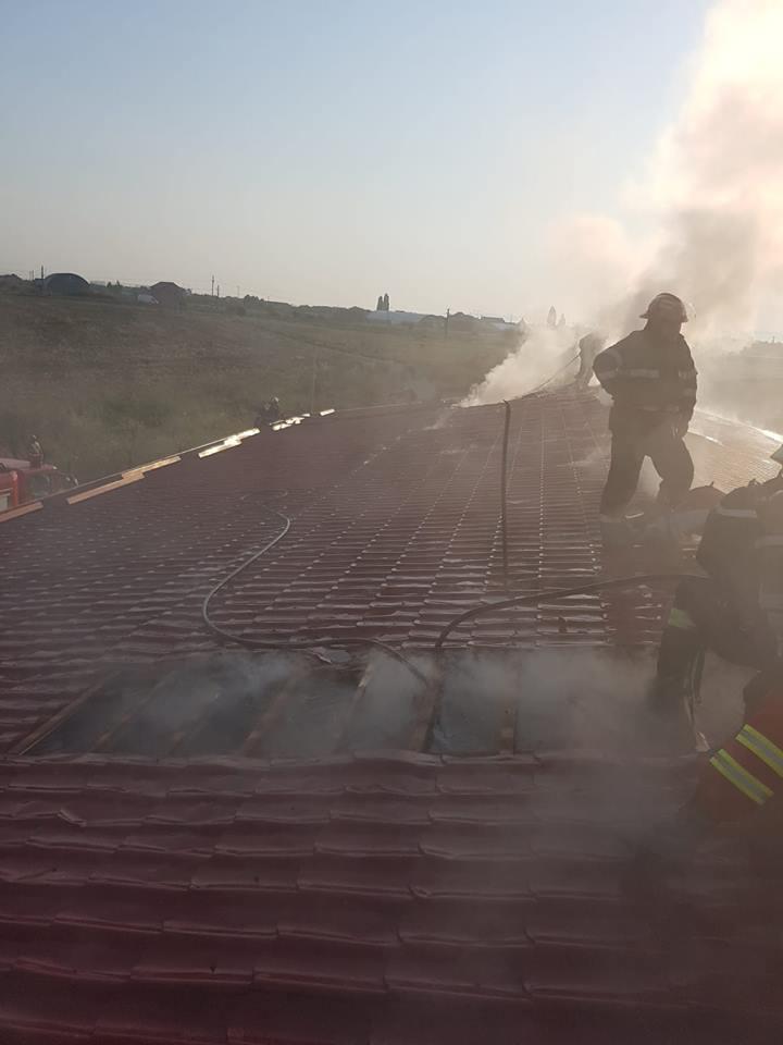 Foto. Pacienţi evacuaţi în urma unui incendiu izbucnit la un centru medical de lângă Arad