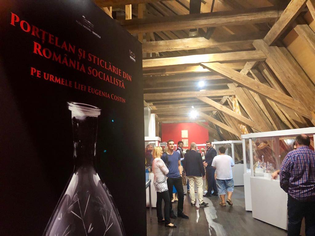"""Expoziţia """"Porțelan și sticlărie din România socialistă"""", la Muzeul Național al Banatului"""