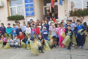 Oamenii, în frunte cu primarul, au strâns deșeurile împrăștiate în localitatea Biled