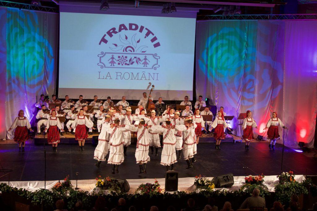 """Ansamblul """"Lăutarii"""" din Chișinău, la Festivalul Național de Folclor """"Tradiții la Români"""""""