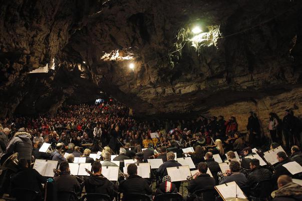 Filarmonica Arad, invitată la concertul din Peștera Românești