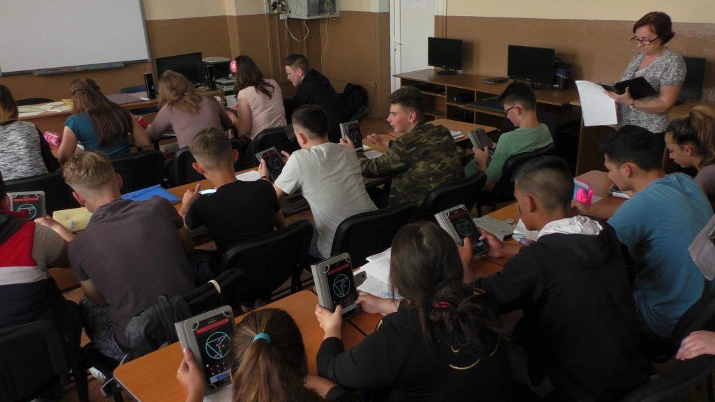 Elevii de la şcoala generală din Satchinez învață matematică și informatică în laboratorul digital