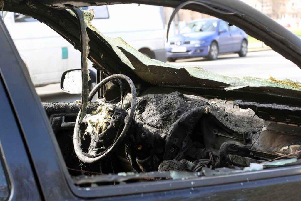 Tânăr prins de polițiști după ce a incendiat un autoturism
