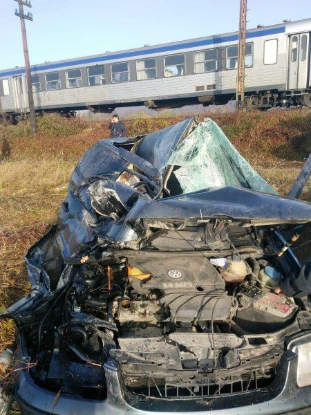 Mașină lovită de tren în judeţul Arad. Elicopterul SMURD a dus victima la Timişoara