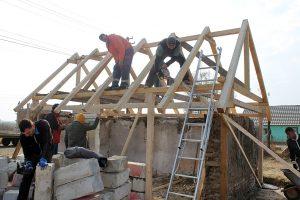 40 de voluntari alături de asociația Acasă în Banat au renovat casa unei femei din comuna Bucovăț