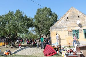 Mobilizare impresionantă a voluntarilor pentru renovarea casei unor bătrâni din Timiş