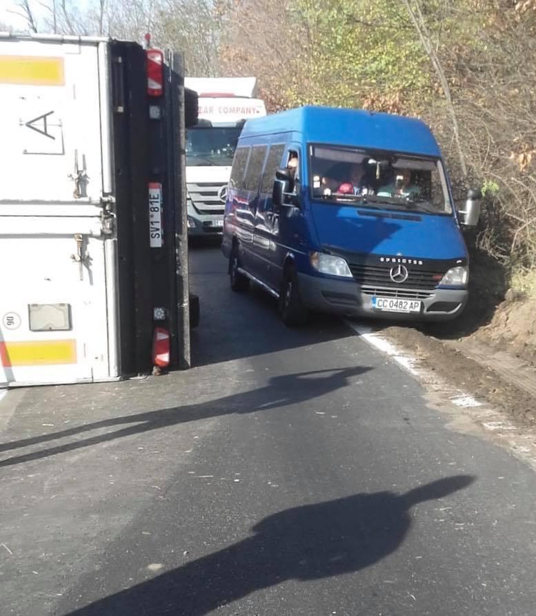 Atenţie, şoferi! Un accident a blocat drumul Coşava-Coşeviţa