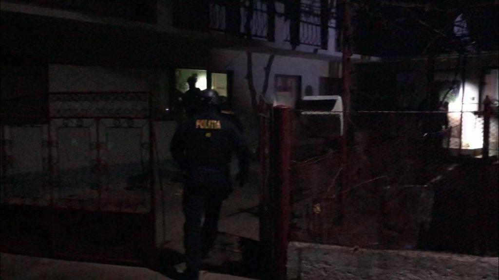 Braconieri ridicaţi de polițiștii timişenii, care au confiscat arme și bani