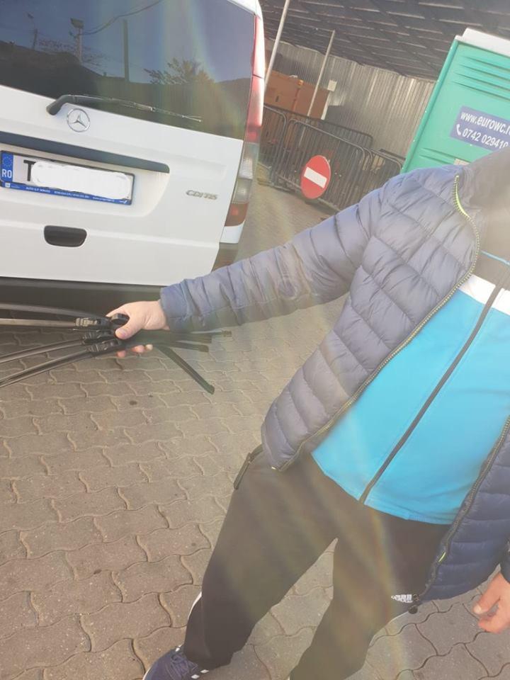 La Timişoara, mai bine ca în Capitală? Vânzători ambulanți de ștergătoare auto din București, depistați în intersecția de la Bastion