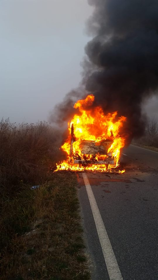 La un pas de tragedie! O maşină a ars ca o torţă pe un drum din Timiş