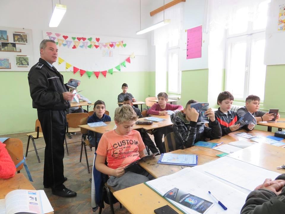 Polițiștii locali susțin lecții de prevenire și împart pliante informative în școli