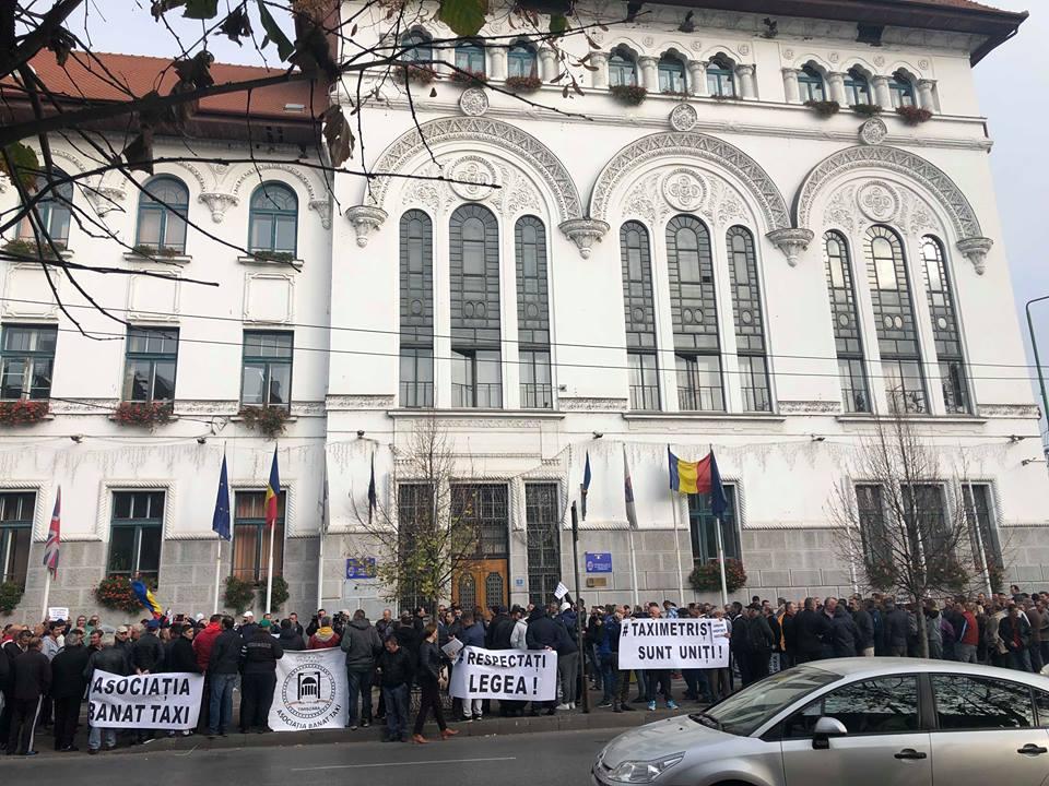 """Foto. Taximetriştii au protestat în faţa Primăriei: """"Stop pirateriei Uber!"""""""