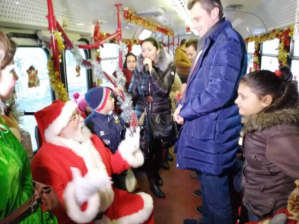 Moș Crăciun a venit la copiii din centrele de plasament