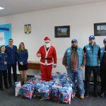 Jandarmii, însoțiți de Moș Crăciun, au oferit cadouri copiilor