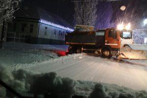 230 de utilaje au deszăpezit azi noapte autostrăzile şi drumurile din vest