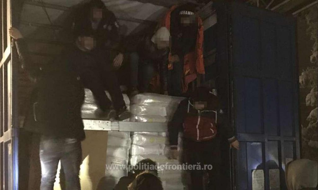 16 migranţi ascunși într-un automarfar, depistaţi de poliţiştii de frontieră la Nădlac