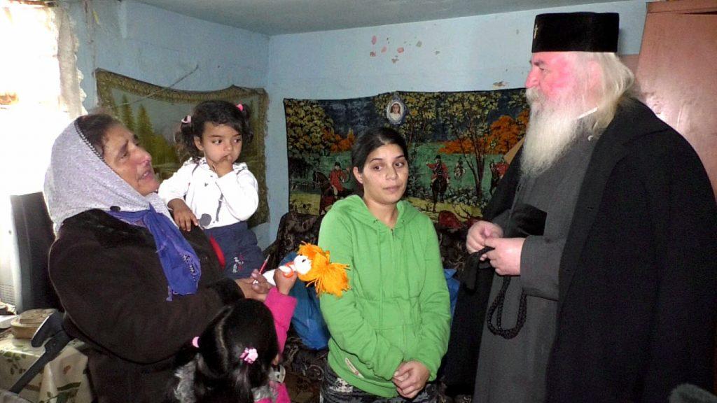 Mitropolitul Banatului a oferit o locuinţă modulară unei familii cu 7 copii din Satchinez