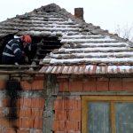Acoperișul unei case, în flăcări