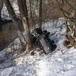 FOTO/ Au plonjat cu maşina în albia râului