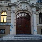 Tânăr de 19 ani, amendat cu 2.500 de lei după ce a scris cu graffiti pe clădirea Colegiului Loga