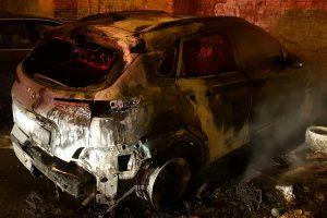 O mașină a ars ca o torță