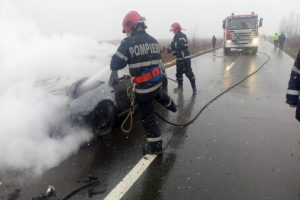 O maşină a ars ca o torţă la ieşire din Chevereşu Mare