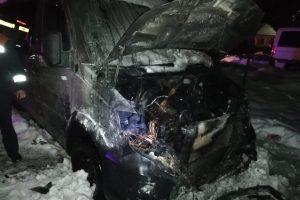 Microbuz distrus de flăcări