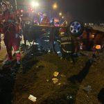 O mașină, în care erau doi copii și părinții lor, s-a răsturnat