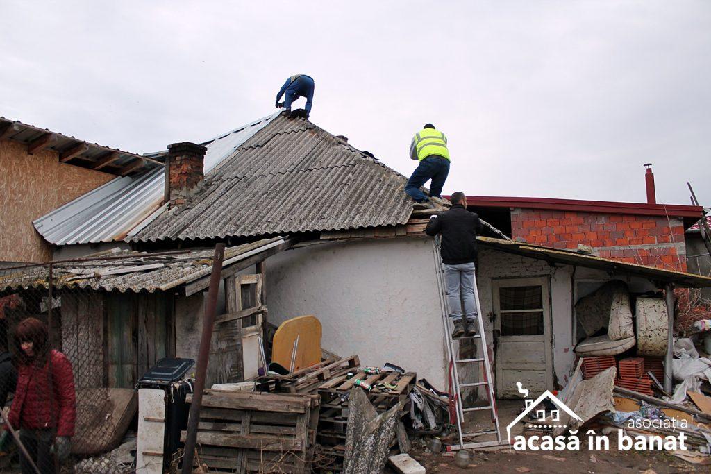 """40 de voluntari şi Asociația """"Acasă în Banat"""" au renovat casa unei bătrâne din Moșnița Nouă"""