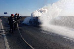 Panică pe șosea. Autoturism în flăcări