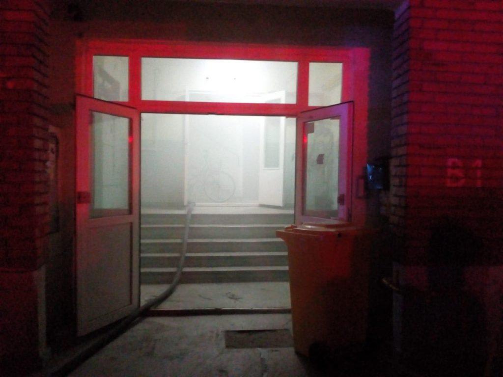 Zeci de oameni au fost evacuaţi, după izbucnirea unui incendiu