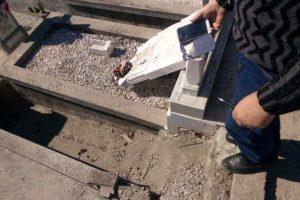 Cimitir din Banat, vandalizat chiar în Postul Paștelui