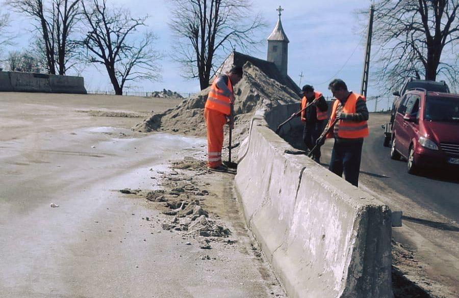 Foto. Ce lucrări fac drumarii pe marginea drumului