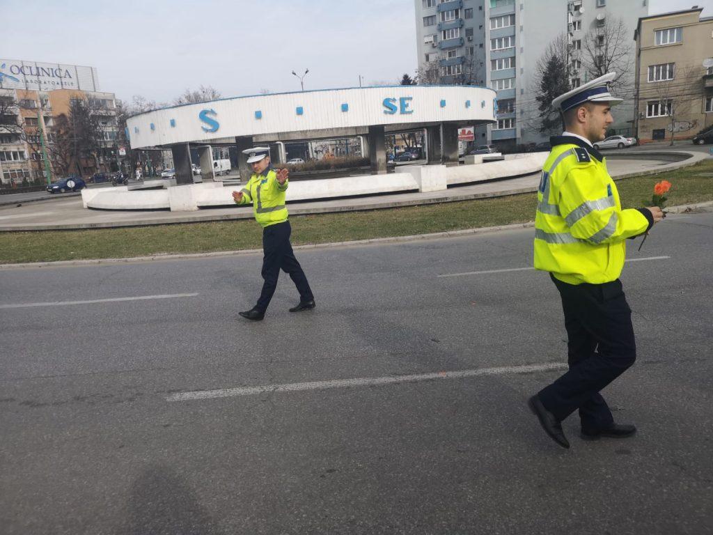 Șoferițele au primit flori de la polițiști