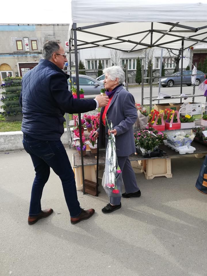 Membri ai PNL din Buziaș, în frunte cu primarul Sorin Munteanu, le-au oferit flori doamnelor