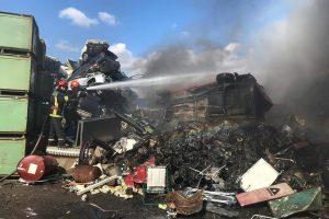 Foto. Incendiu la un depozit de deșeuri industriale reciclabile din Calea Şagului