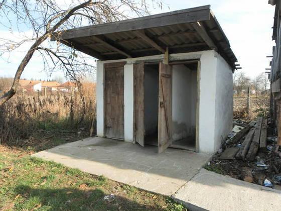 Încă aveți toaleta în curte? Riscați amenzi mari